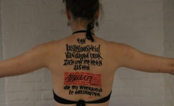 Literaire tattoo op rug model