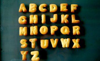 Alfabet in letterkoekjes